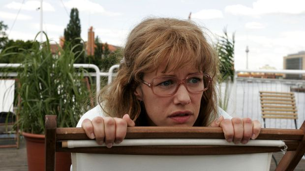 Lisa (Alexandra Neldel) schaut voller Entsetzen zu, wie Richard verprügelt wi...