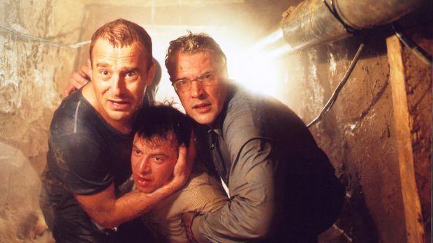 Mit letzter Kraft retten Harry (Heino Ferch, l.) und Matthis (Sebastian Koch,...