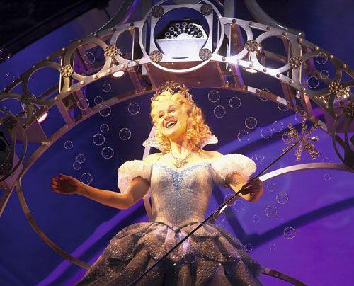 """Lucy als """"Glinda"""" in """"Wicked - Die Hexen von Oz"""" - Bildquelle: Stage Entertainment"""