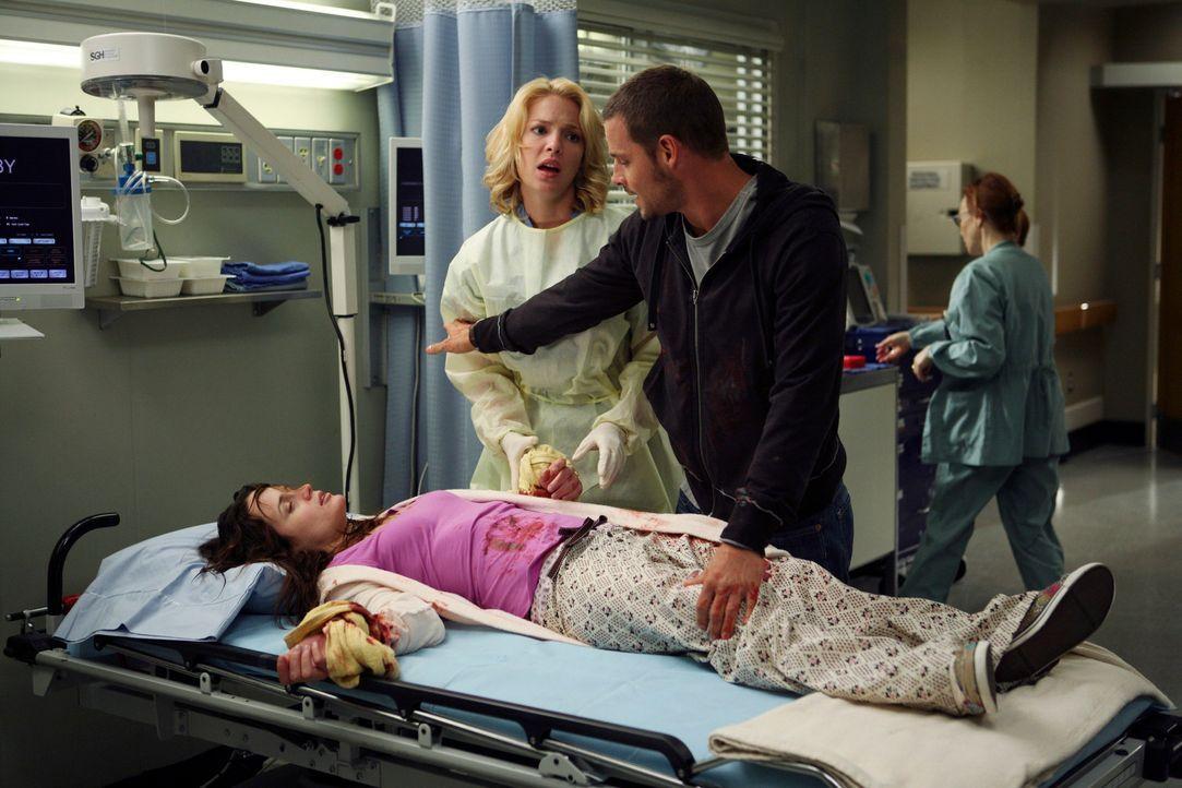 Izzie (Katherine Heigl, M.) versucht Alex (Justin Chambers, r.) was Rebecca (Elizabeth Reaser,  r.) betrifft zu helfen, doch Alex will diese Hilfe a... - Bildquelle: Touchstone Television