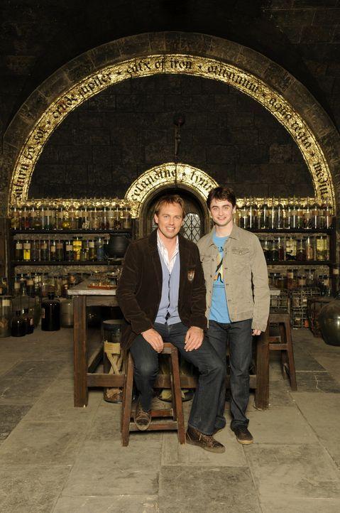 Hinter den Kulissen trifft Moderator Steven Gätjen, l. auch auf den Hauptdarsteller Daniel Radcliffe, r. ... - Bildquelle: STEVE FINN PHOTOGRAPHY