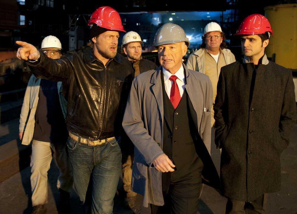 Schon bald erfahren Mick (Henning Baum, l.) und Andreas (Maximilian Grill, r.), dass die ermordete Journalistin erst kürzlich über den Industriell... - Bildquelle: SAT.1