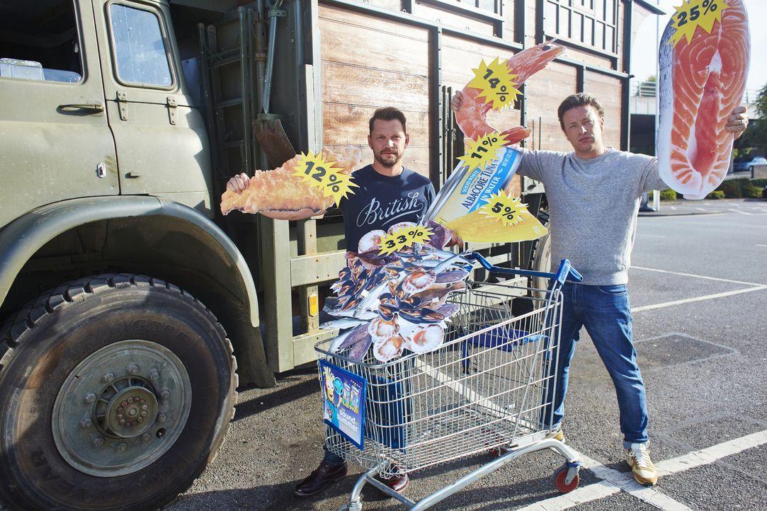 Brechen gemeinsam zu neuen kulinarischen Abenteuern auf und bekommen dabei prominente Küchenhelfer: Jamie Oliver (r.) und Jimmy Doherty (l.) ... - Bildquelle: David Loftus 2016 Jamie Oliver Enterprises Limited/ David Loftus