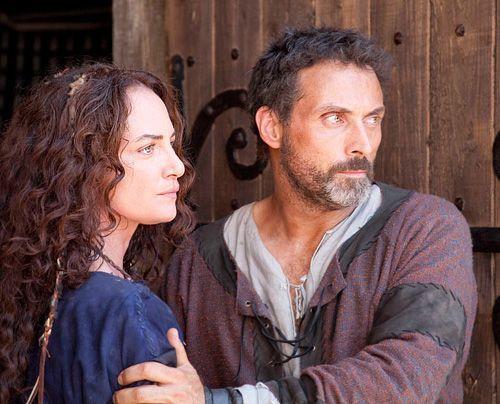 Ellen (Natalia Wörner) und Tom (Rufus Sewell) lieben sich - aber ohne den Segen der Kirche will Prior Philip die Beziehung nicht dulden. - Bildquelle: Egon Endrenyi - Tandem Productions - Pillars Productions