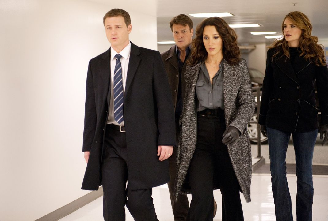 Richard Castle (Nathan Fillion, 2.v.l.) und Kate Beckett (Stana Katic, r.) sind verwundert, als sie plötzlich doch wieder für Agent Jack Corrigan (J... - Bildquelle: 2012 American Broadcasting Companies, Inc. All rights reserved.