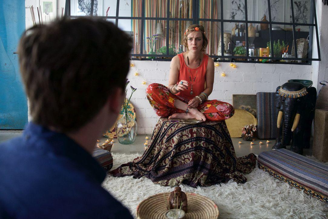 Kann die durchgeknallte Schauspielerin Niki (Maja Beckmann, r.) Simon (Florian Bartholomäi, l.) bei der Suche nach Lea helfen? Denn Simon will diese... - Bildquelle: Michael Colella SAT.1