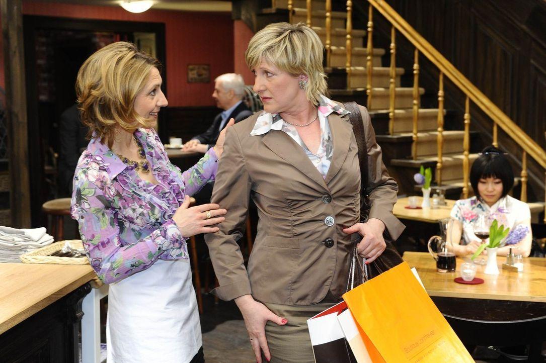 Brigitte (Joana Schümer, l.) freut sich, dass Susannes (Heike Jonca, r.) neues Styling erste Erfolge zeigt. - Bildquelle: SAT.1