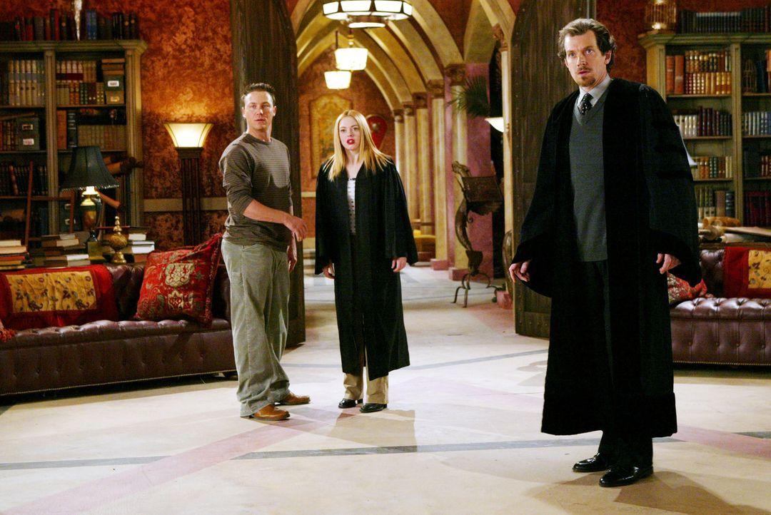 Der Leiter (Gildart Jackson, r.)der Zauberschule, in der die guten Magier der nächsten Generation ausgebildet werden, bittet Pheobe, Paige (Rose McG... - Bildquelle: Paramount Pictures.