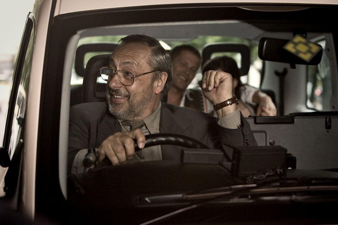 Genau zu dem Zeitpunkt, in dem Eile angebracht ist, bekommen es Ludo (Til Schweiger, M.) und Anna (Nora Tschirner, r.) mit einem fiesen Taxifahrer (... - Bildquelle: Warner Bros.