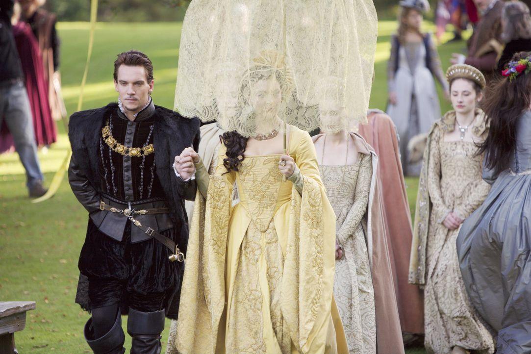 Anne (Natalie Dormer, r.) darf die Liebe des Königs (Jonathan Rhys Meyers, l.) nicht verlieren, denn sonst ist ihre Zeit am Hofe bald vorbei ... - Bildquelle: 2008 TM Productions Limited and PA Tudors II Inc. All Rights Reserved.