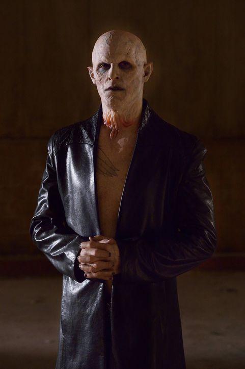 Der Meister (Jack Kesy) tritt seinem altbekannten Jäger gegenüber. Kann er Quinlan erneut entwischen? - Bildquelle: 2015 Fox and its related entities. All rights reserved.
