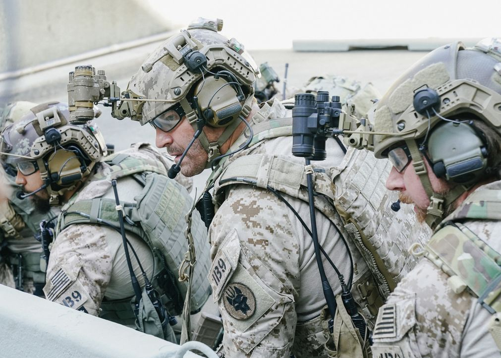 Jason (David Boreanaz, M.) und sein Team bereiten sich auf einen Zugriff in Saudi-Arabien vor, doch die Taktik des Leiters der Operation, gleichzeit... - Bildquelle: Erik Voake Erik Voake/CBS  2017 CBS Broadcasting, Inc. All Rights Reserved