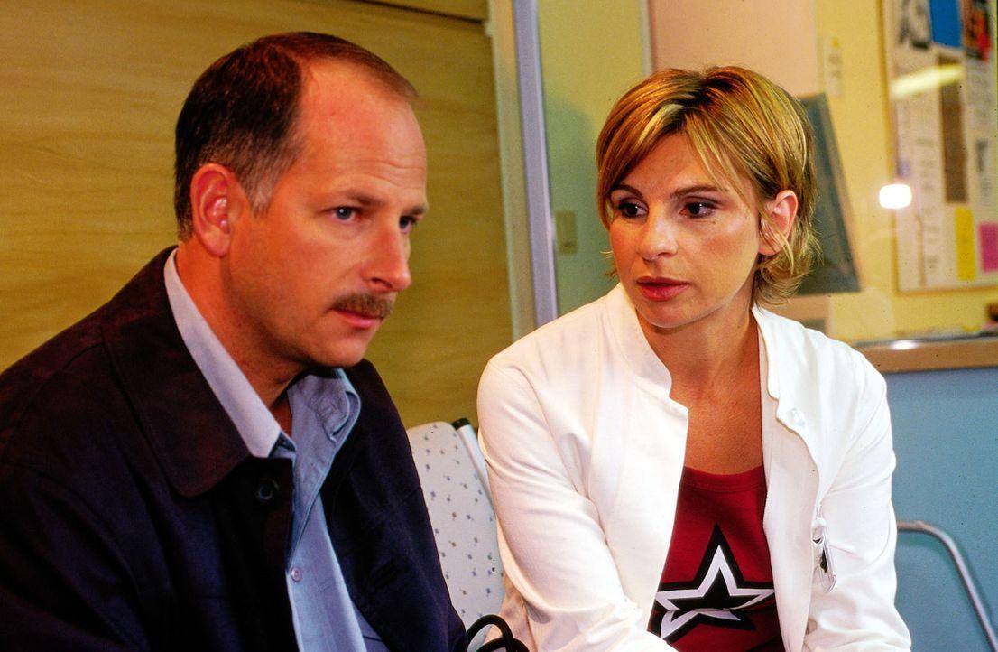 Simon Pfeiffer (Frank Röth, l.), der Vater von Agnes, will von Dr. Sommer (Maria Bachmann, r.) wissen, wie es seiner Tochter geht. - Bildquelle: Oliver Pflug Sat.1/Pflug