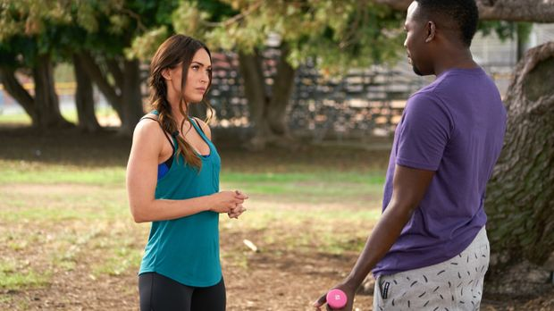 Winston (Lamorne Morris, r.) versucht, Reagan (Megan Fox, l.) einen guten Rat...