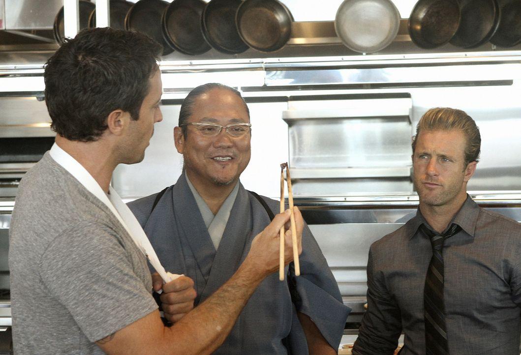Bei den Ermittlungen stoßen Steve (Alex O'Loughlin, l.) und Danny (Scott Caan, r.) auf Chef Masaharu Morimoto (Masaharu Morimoto, M.). Doch wird er... - Bildquelle: 2011 CBS BROADCASTING INC.  All Rights Reserved.