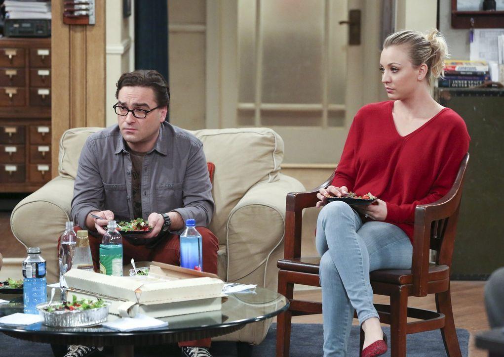 Haben sich um Sheldon gekümmert, als er krank war, haben dafür aber nur böse Worte von ihrem Freund bekommen: Leonard (Johnny Galecki, l.) und Penny... - Bildquelle: 2015 Warner Brothers
