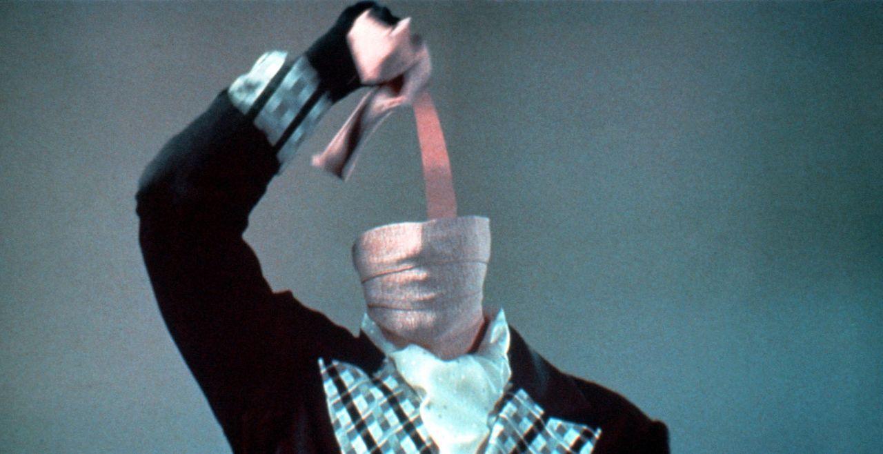 Durch einen Unfall in einem nuklearen Forschungslabor wird Finanzspezialist Nick Halloway (Chevy Chase) unsichtbar ... - Bildquelle: Warner Bros.