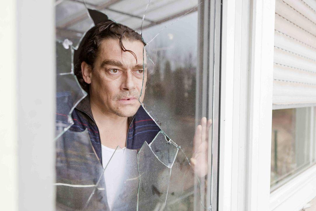 Bittet Danni um Hilfe, da seine Nachbarn ihn offensichtlich wegekeln wollen: Heinz Moser (Martin Feifel) ... - Bildquelle: Frank Dicks SAT.1