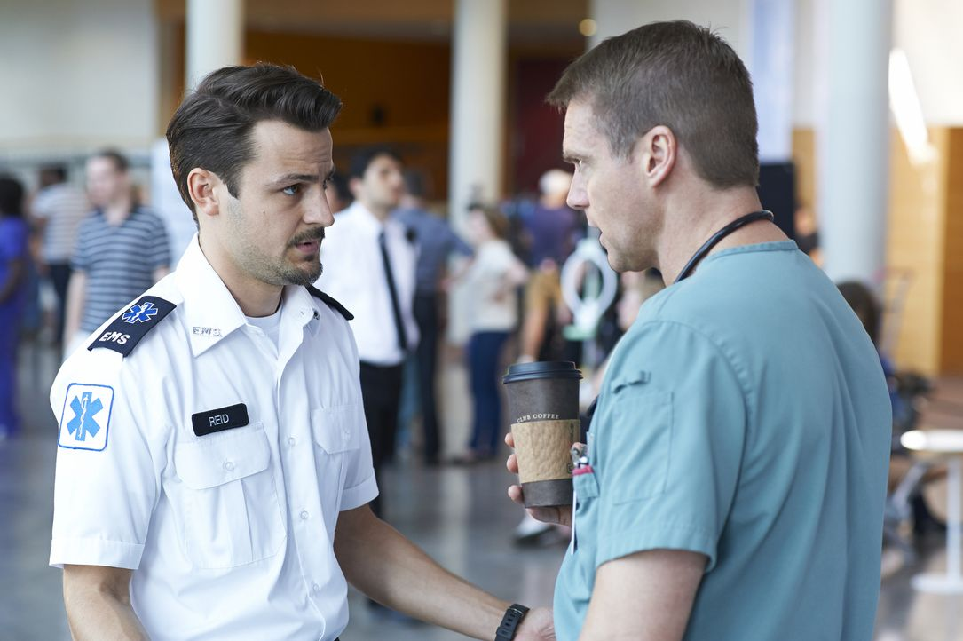 Immer wieder taucht Luke (Tyler Hynes, l.)  bei Charlie (Michael Shanks, r.) auf und scheint einfach keine Ruhe zu finden ... - Bildquelle: 2013  Hope Zee Two Inc.