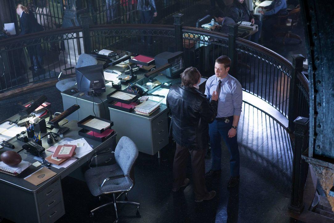 Sorgen in Gotham für Recht und Ordnung: James Gordon (Ben McKenzie, r.) und Harvey Bullock (Donal Logue, l.). Doch stehen beide wirklich auf der gut... - Bildquelle: Warner Bros. Entertainment, Inc.