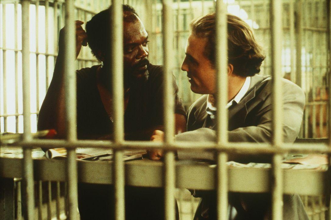 Weil Carl Lee Hailey (Samuel L. Jackson, l.) die Vergewaltiger seiner 10-jährigen Tochter umbringt, sucht sein Verteidiger Jake Brigance (Matthew M... - Bildquelle: Warner Bros.