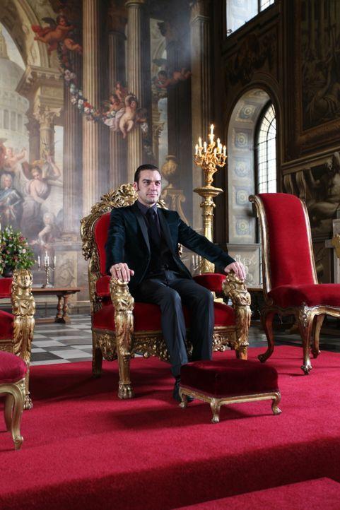 Sieht sich schon am Ziel und auf dem Thron angelangt: Prinz Cyrus (Jake Maskall) ... - Bildquelle: Helen Vidler 2014 E! Entertainment Media, LLC