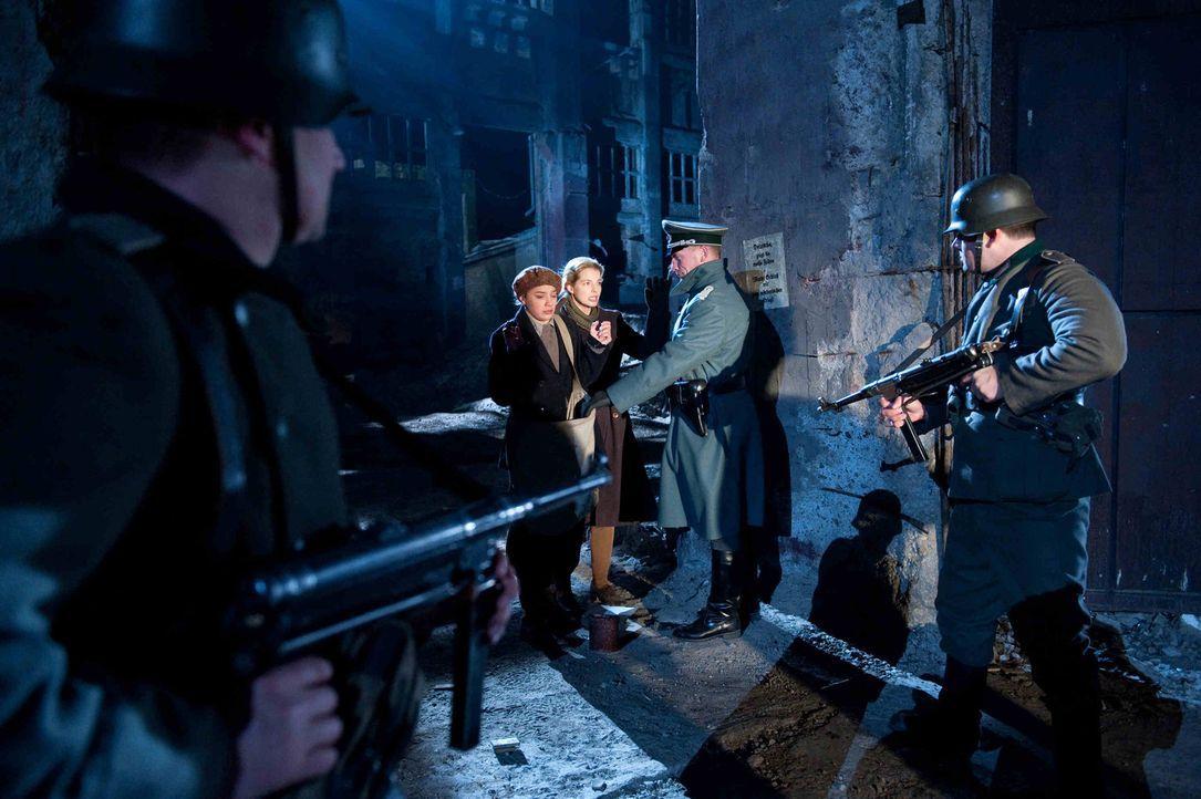 Während Ellen (Yvonne Catterfeld, M.r.) fliehen kann, wird ihre Freundin Gertrud (Jytte-Merle Böhrnsen, M.l.) von einer Patrouille erschossen. Ell... - Bildquelle: Nicolas Maack SAT.1