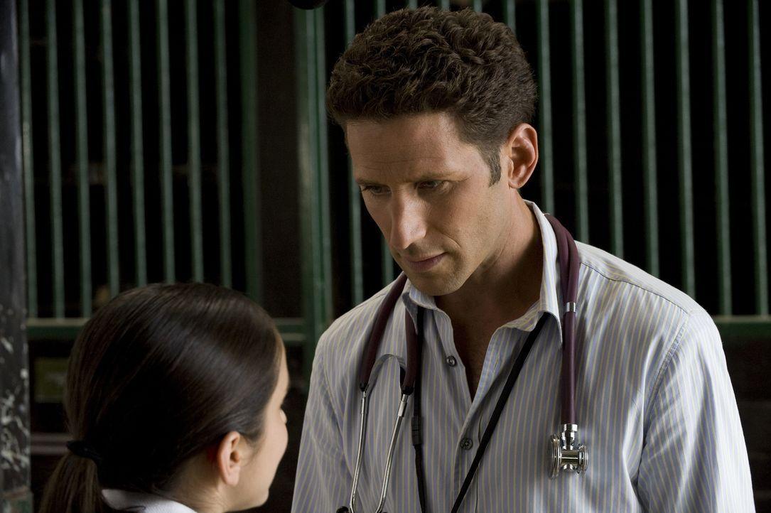 Dr. Hank Lawson (Mark Feuerstein, r.) redet Beth Samuels (Molly Ephraim, l.) ins Gewissen, aus dem Reitturnier auszusteigen ... - Bildquelle: Universal Studios