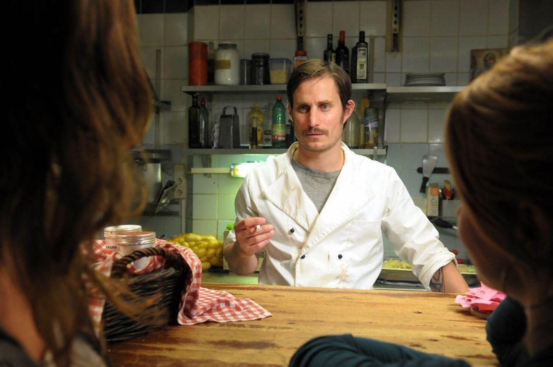 Auf Annas hilfsbereiten Freund Marco (Clemens Schick) wird ein brutaler Mordanschlag verübt ... - Bildquelle: Christiane Pausch ProSieben