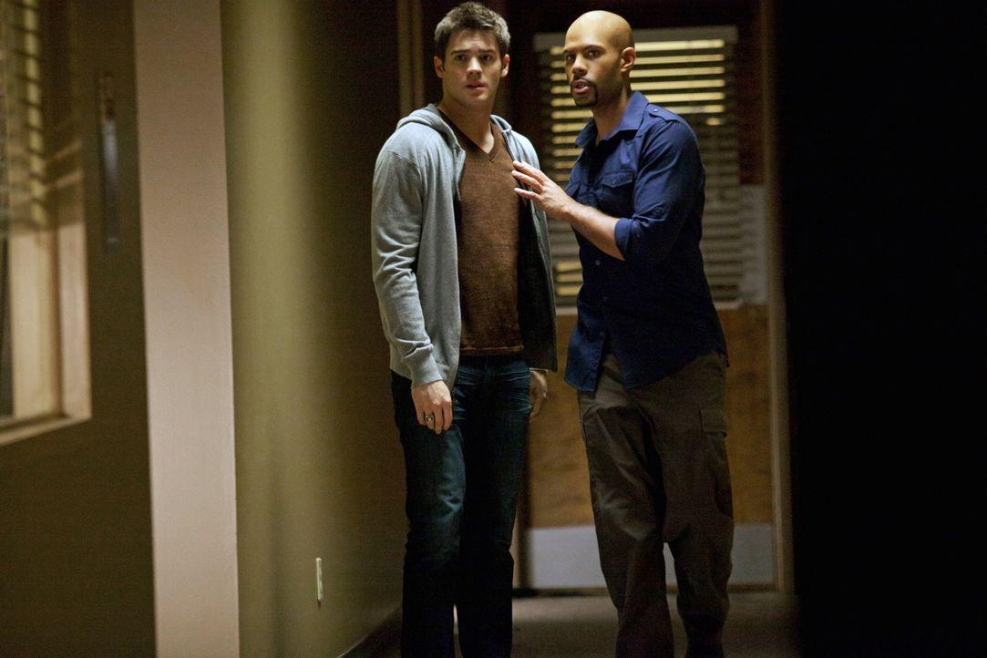 Ein nicht ganz so kleines Merkmal verbindet den Vampierjäger Connor Jordan (Todd Williams, r.) mit Jeremy (Steven R. McQueen, l.) ... - Bildquelle: Warner Brothers