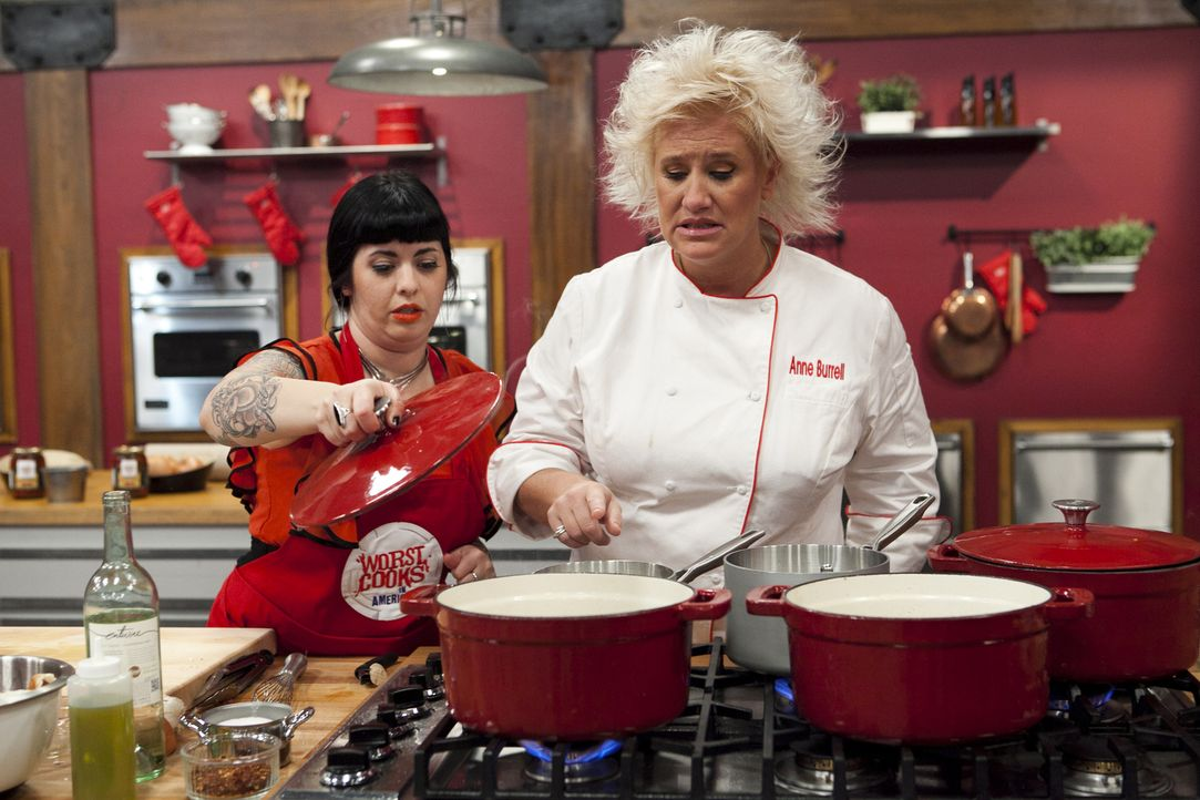 Anne Burrell (r.) hatte ihren Möchtegern-Köchen ganz genau gezeigt, wie sie das Hähnchen Scarpiello mit Polenta zubereiten sollen. Doch als Crystal... - Bildquelle: David Lang 2012, Television Food Network, G.P.