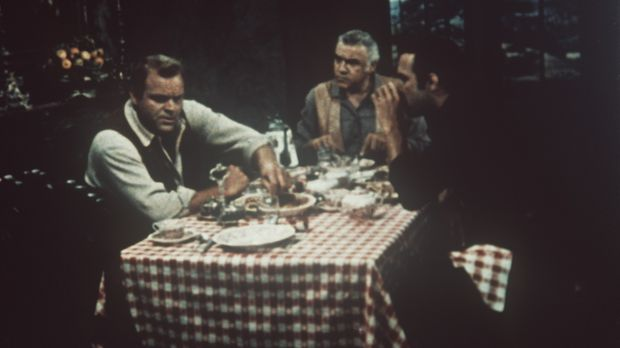 Hoss (Dan Blocker, l.), Ben (Lorne Greene, M.) und Adam Cartwright (Pernell R...