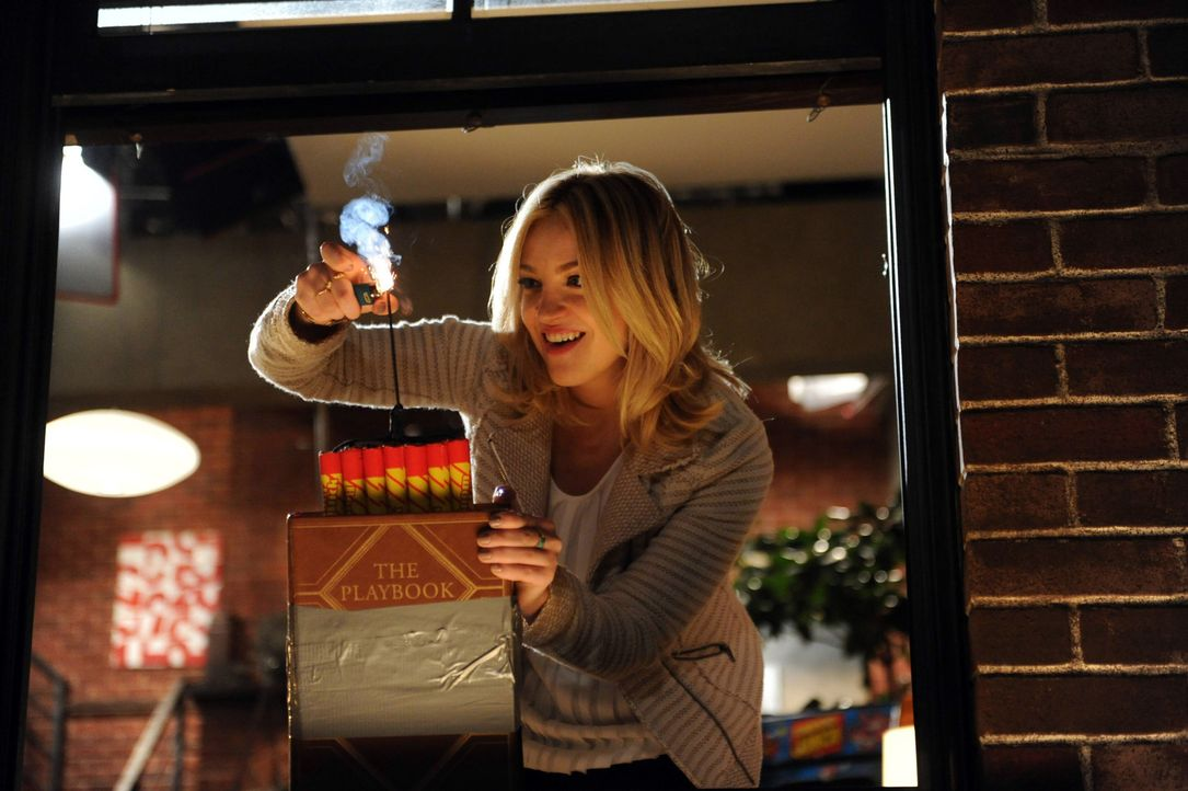 Als sie das Playbook findet, dreht sie total durch und jagt es mit Feuerwerkskörpern in die Luft: Jeanette (Abby Elliott) ... - Bildquelle: 2013 Twentieth Century Fox Film Corporation. All rights reserved.