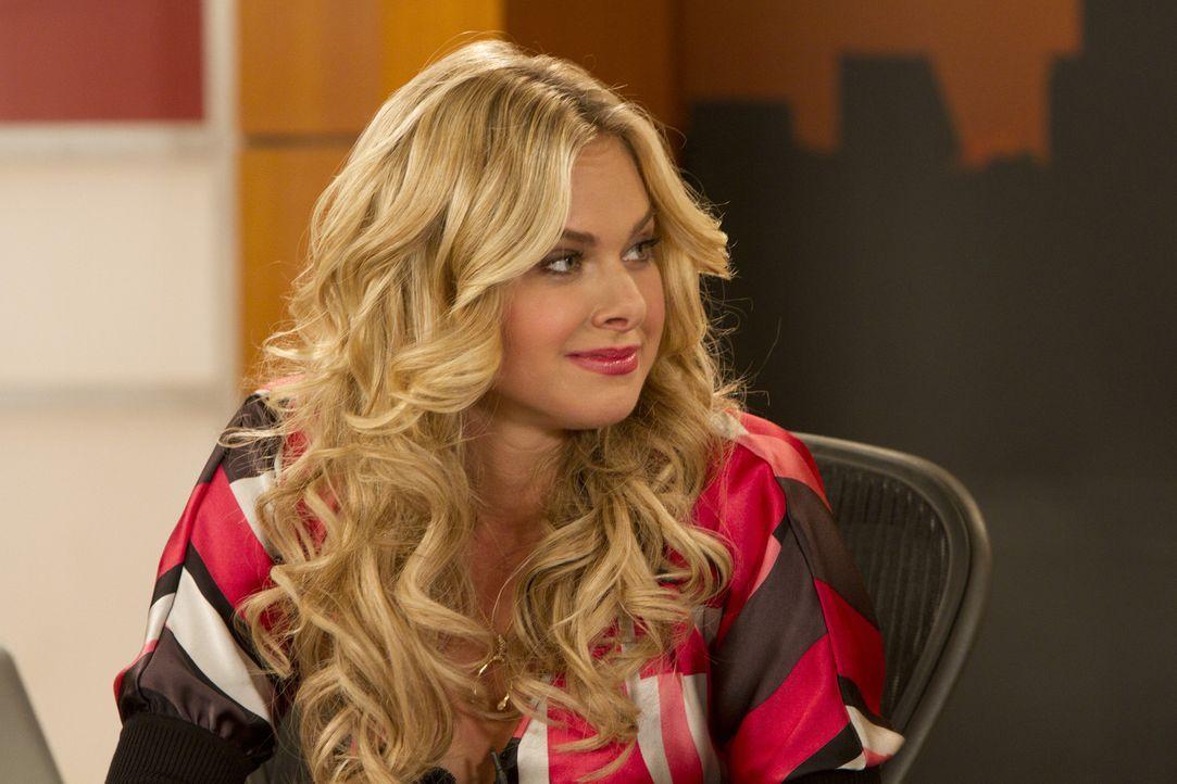 Während Marshall seinen Mitarbeiter Randy feuert, hat Robin Ärger mit ihrer Co-Moderatorin Becky (Laura Bell Bundy) ... - Bildquelle: 20th Century Fox International Television