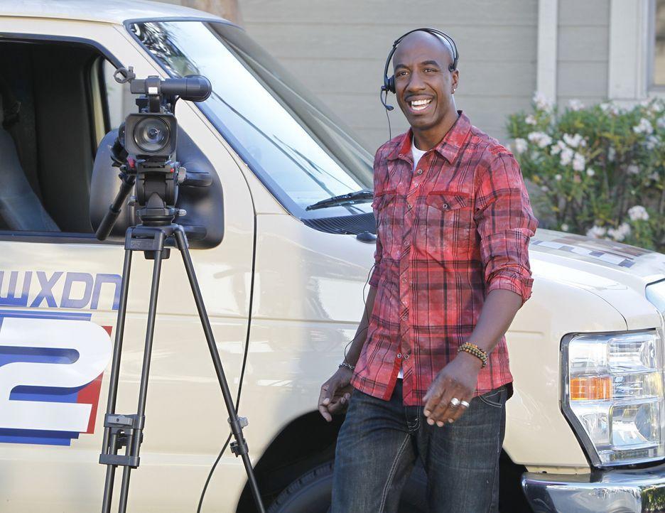 Kameramann Ray (J.B. Smoove) versucht seinen Freund und Arbeitskollegen jederzeit zu unterstützen. Dass er sich überall einmischt, ist jedoch nich... - Bildquelle: 2013 CBS Broadcasting, Inc. All Rights Reserved.