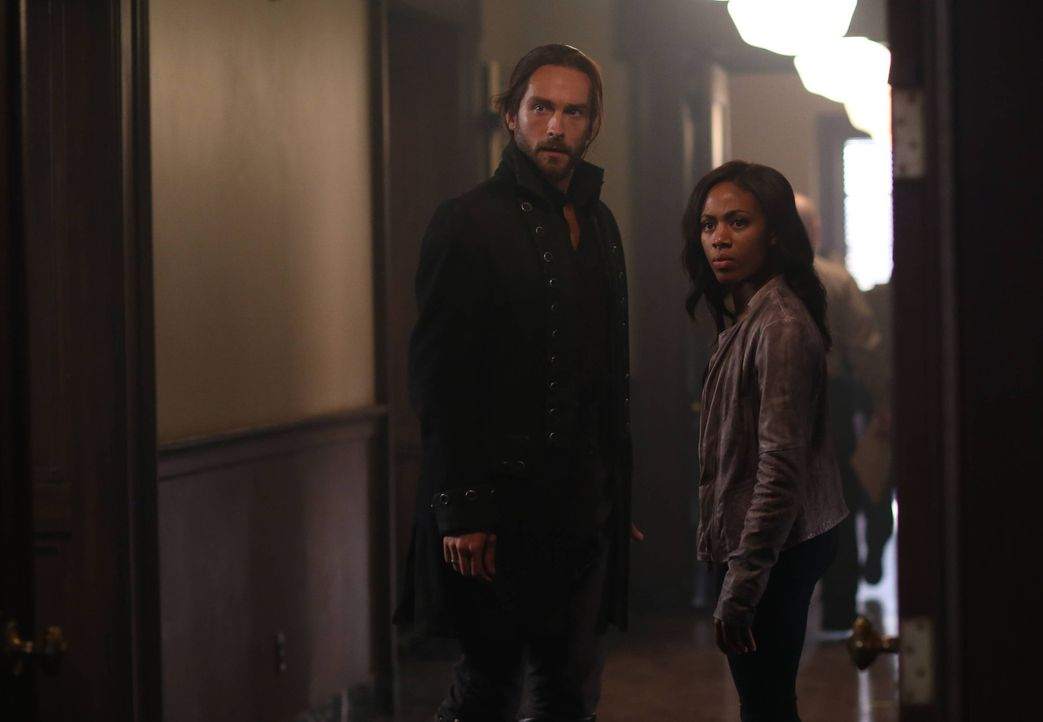 Als Abbie (Nicole Beharie, r.) und Ichabod (Tom Mison, l.) erfahren, dass Henry Irving besucht hat, ahnen sie Schlimmes ... - Bildquelle: 2014 Fox and its related entities. All rights reserved.