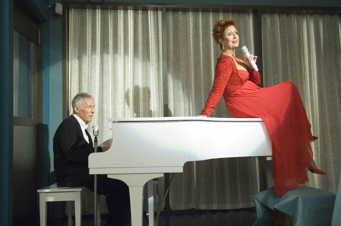 Das hätte sich Mrs. Grubman (Ruth Williamson, r.) bei Lebzeiten gewünscht - Ein Auftritt mit Burt Bacharach (Burt Bacharach, l.) - Bildquelle: TM and   2004 Warner Bros. Entertainment Inc. All Rights Reserved.