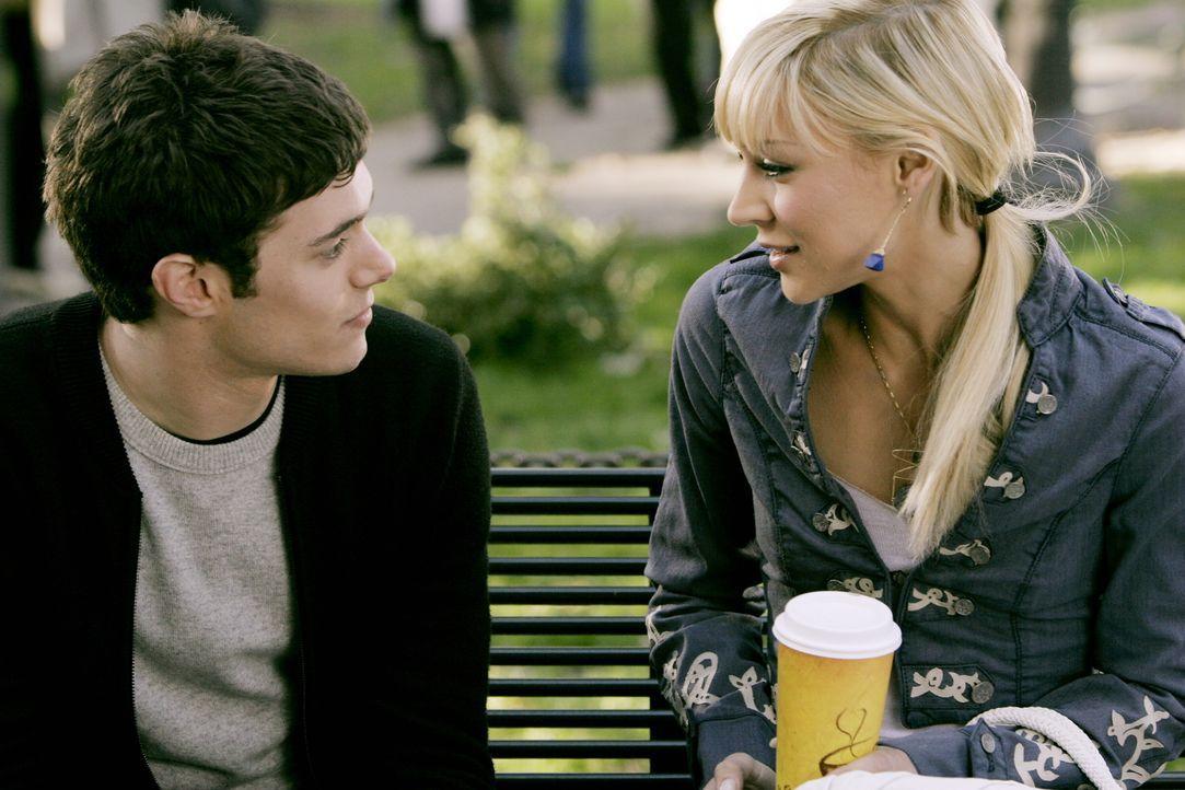 Treffen sich zufällig auf der Brown-Universität und haben gleich wieder einen Draht zueinander: Seth (Adam Brody, l.) und Anna (Samaire Armstrong,... - Bildquelle: Warner Bros. Television