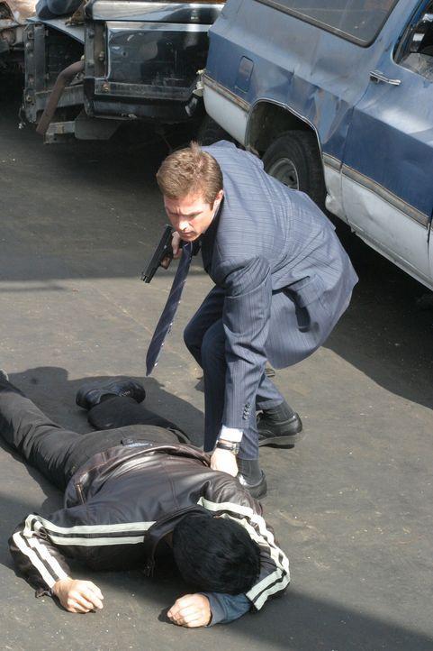 Der brutale Drogenkurier Niran (Boyuen, l.) ist geschnappt. Martin Fitzgerald (Eric Close, r.) wartet auf Verstärkung ... - Bildquelle: Warner Bros. Entertainment Inc.