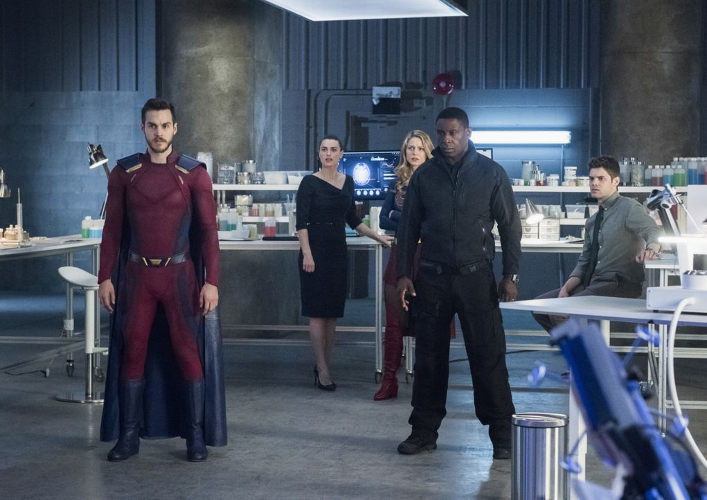 Hoffen, mit der Hilfe eines Tagebucheintrages Sam zu retten: (v.l.n.r.) Mon-El (Chris Wood), Lena (Katie McGrath), Kara alias Supergirl (Melissa Ben... - Bildquelle: 2017 Warner Bros.