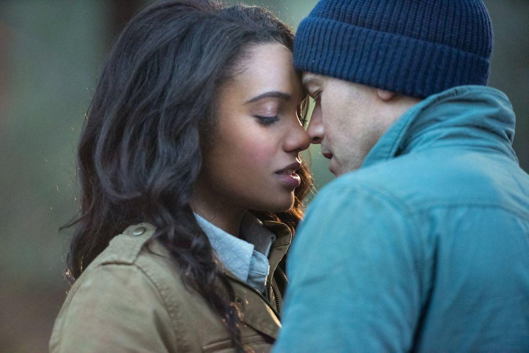 Wie wird Nate (Nick Zano, r.) reagieren, als Ray ihm von Amayas (Maisie Richardson-Sellers, l.) Zukunft und den Auswirkungen einer Beziehung zwische... - Bildquelle: Warner Brothers