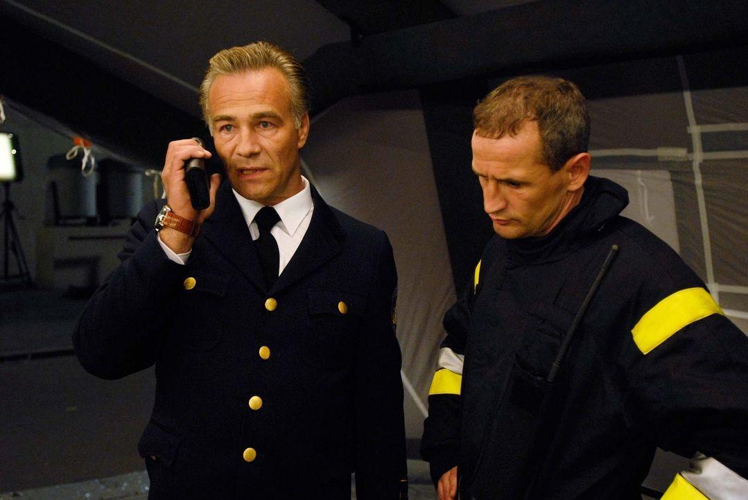 Obwohl Branddirektor Horst Strasser (Klaus J. Behrendt, l.) überzeugt ist, dass Tom ein absoluter Versager ist, hat er keine Wahl. Um seine Tochter... - Bildquelle: Stefan Höderath ProSieben