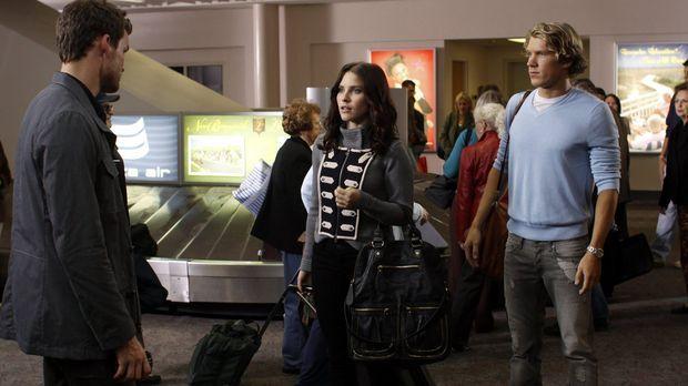 Als Brooke (Sophia Bush, M.) und Alexander (Mitch Ryan, r.) am Flughafen auf...