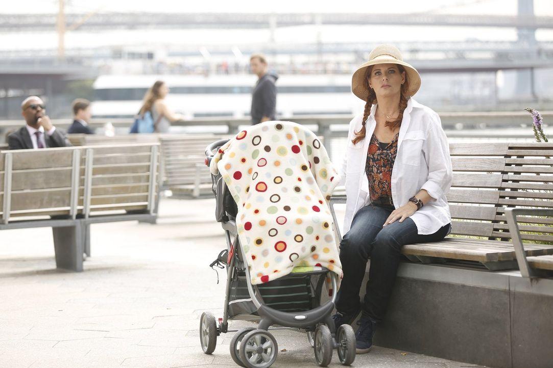 Undercover versucht Laura (Debra Messing) die Entführer eines kleinen Jungen aufzuspüren, der unbedingt eine Insulinspritze braucht ... - Bildquelle: 2015 Warner Bros. Entertainment, Inc.