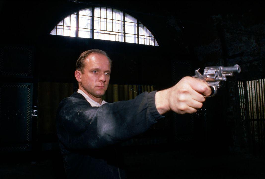 Kurt Hauff (Ulrich Tukur) richtet seine Waffe auf Kommissar Moser ... - Bildquelle: Ali Schafler Sat.1