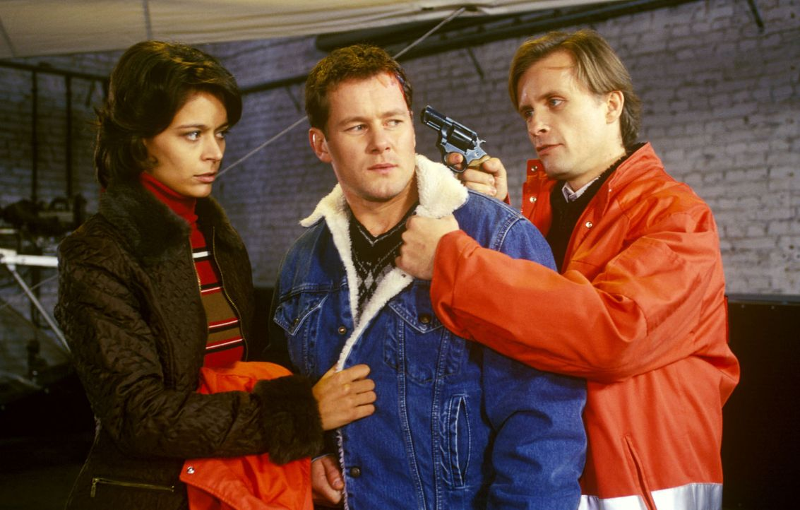 Kurbat (Axel Wandke, r.) hat Corry Lenz (Yvonne de Bark, l.) und Lars Zirkowski (Jens Knospe, M.) auf dem Flughafen als Geiseln genommen ... - Bildquelle: Noreen Flynn Sat.1