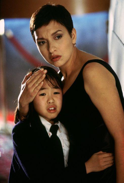 Die kleine Tochter des Konsuls, Soo Yung (Julia Hsu, l.), findet fürsorglichen Schutz bei der Polizistin Tania Johnson (Elizabeth Pena, r.) ... - Bildquelle: Warner Bros.