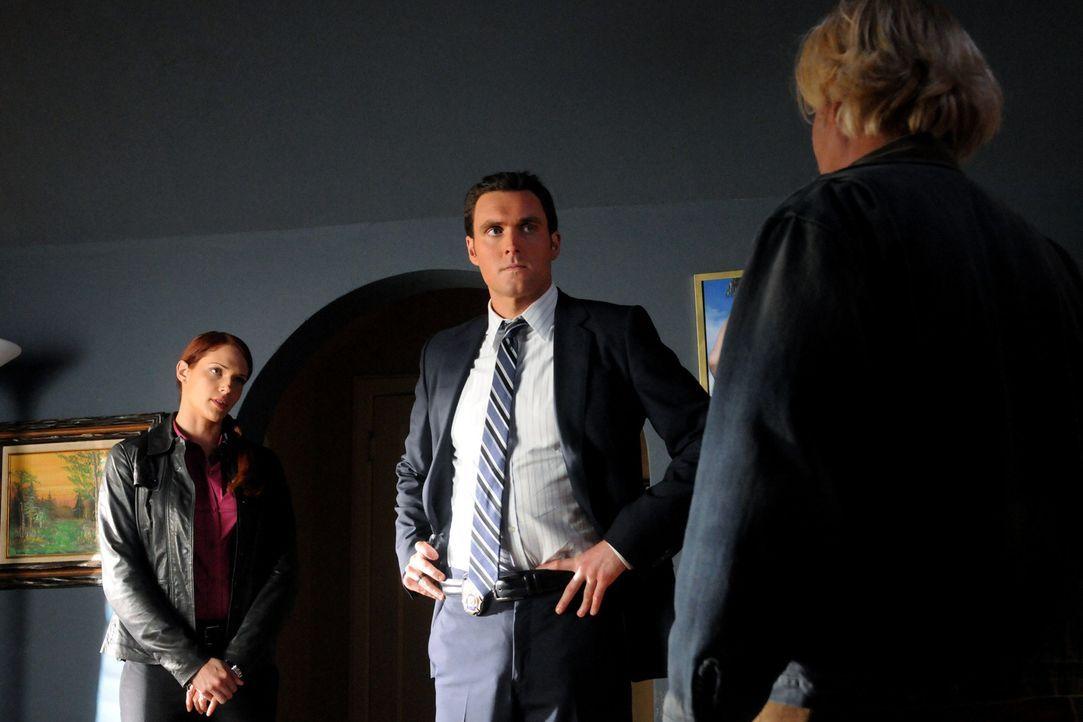 Bei den Ermittlungen in einem neuen Mordfall stoßen Wayne (Owain Yeoman, M.) und Grace (Amanda Righetti, l.) auf Steve (William Forsythe, r.). Doch... - Bildquelle: Warner Bros. Television