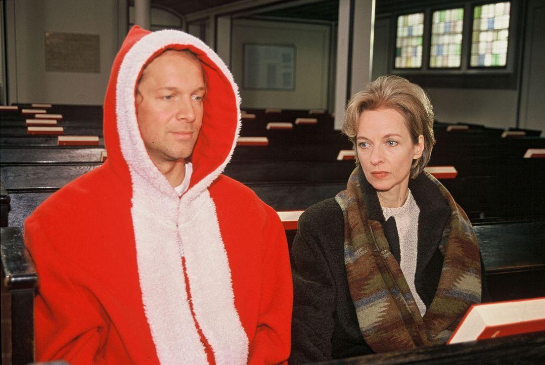 Victor (Jochen Horst, l.) findet sich inmitten eines Nikolausteams wieder, das engagiert ist, um in einem großen Kaufhaus die Kunden zu betreuen. Er... - Bildquelle: Spitz Sat.1