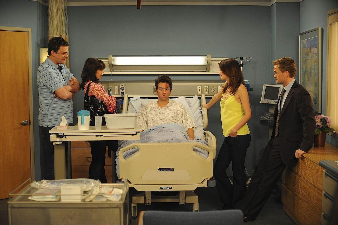 Während Marshall (Jason Segel, l.), Barney (Neil Patrick Harris, r.), Lily (Alyson Hannigan, 2.v.l.) und Robin (Cobie Smulders, 2.v.r.) mit ihrer  - Bildquelle: 20th Century Fox International Television